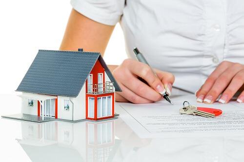 家を購入するための契約書を書いている